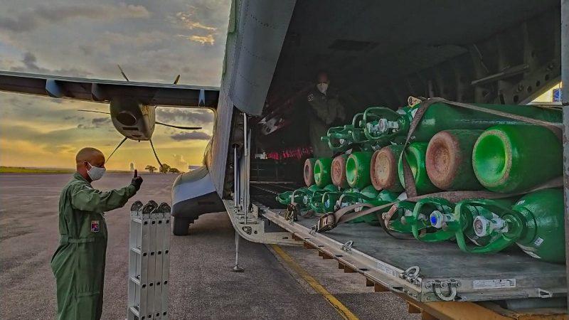 Governo Bolsonaro pede e FAB leva 386 cilindros de oxigênio de SP e de empresa fornecedora para Manaus