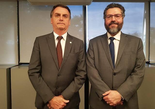 Bolsonaro parabeniza Ernesto Araújo após liberação das vacinas de Oxford pela Índia