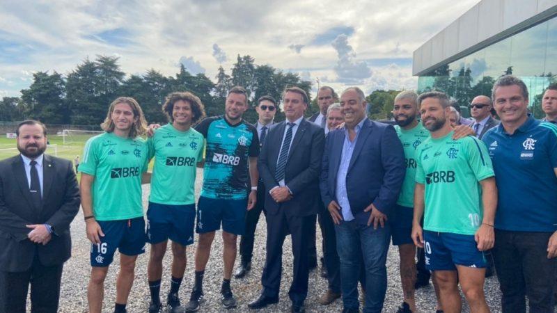 VÍDEO: Bolsonaro vê treino do Flamengo e conversa com jogadores