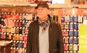 Bruce Willys se recusa a usar máscara em Farmácia e prefere sair