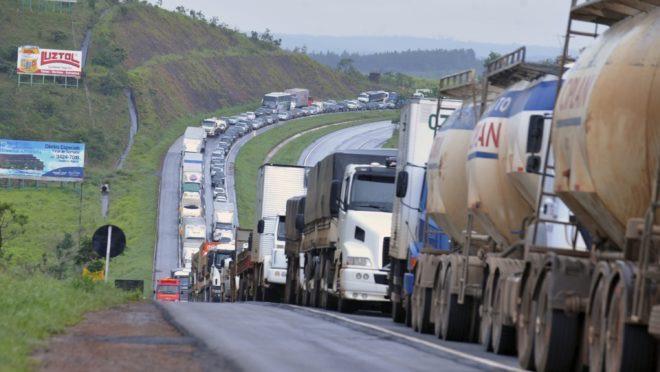 """Caminhoneiros não devem parar nessa segunda atendendo um pedido do presidente Bolsonaro; """"essa paralisação foi inventada por uma pessoa que não representa nem 10 caminhoneiros"""""""