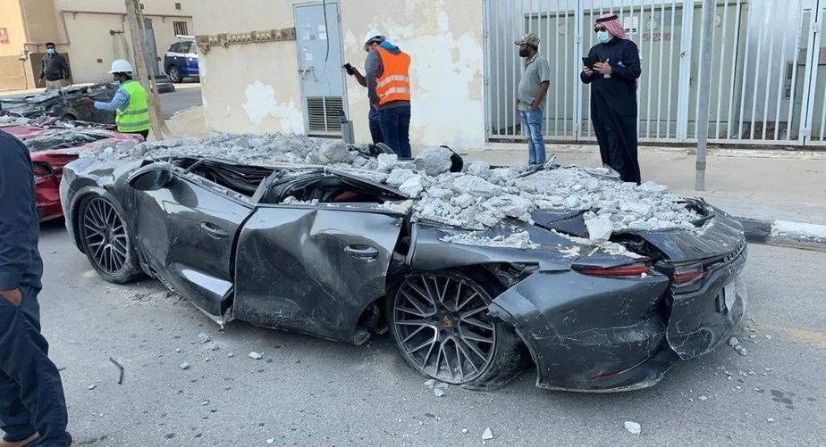 """INCRÍVEL: Chão cede e """"engole"""" vários carros de luxo na Arábia Saudita, VEJA VÍDEO"""