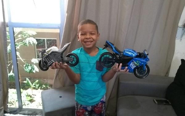 Menino de 6 anos pega o computador do avô e gasta mais de R$ 800 em motos de brinquedo, em Goiânia