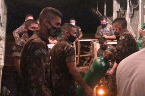 Militares transportam oxigênio e vacinas para interior do Pará