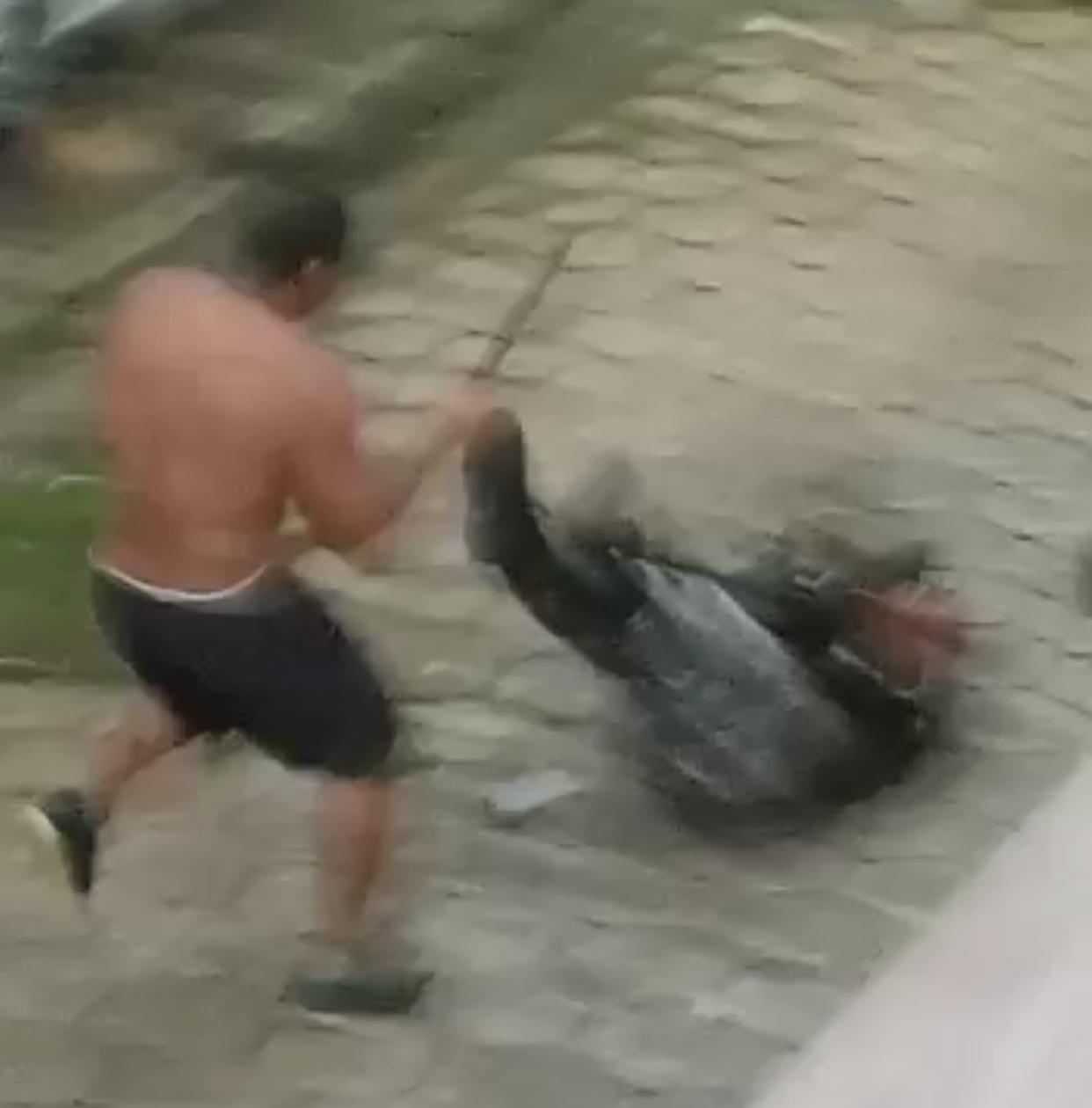 CENAS FORTES: POLICIAL É ATINGIDO COM BARRA DE FERRO MAS REAGE E ATIRA, VEJA VÍDEOS