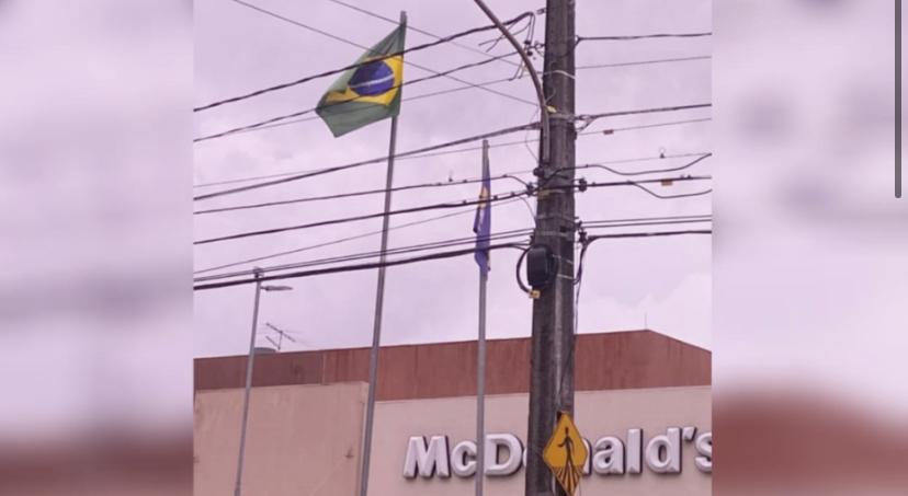 McDonald's no RN hasteia bandeira do Brasil de cabeça para baixo