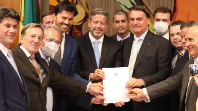 Bolsonaro acompanhado de Fábio Faria e Paulo Guedes entrega projeto de privatização dos Correios a Arthur Lira