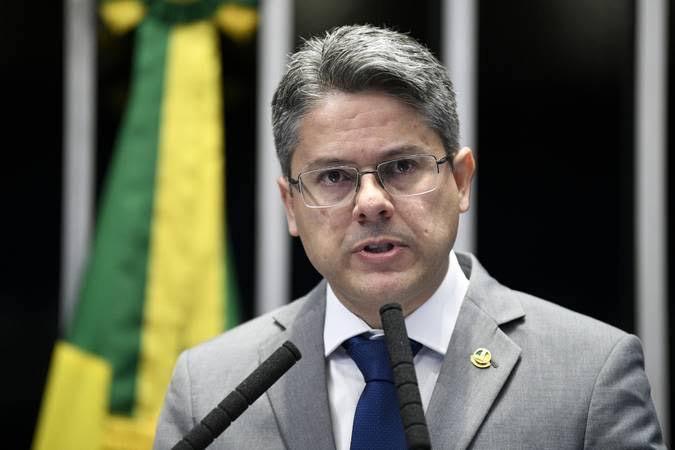 Senador Alessandro Vieira se une a esquerda para tentar reincluir estudos de gênero nos livros didáticos