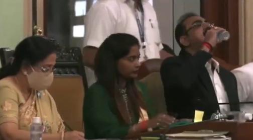 VÍDEO: Político indiano acidentalmente bebe álcool em gel em vez de água durante discurso na Câmara
