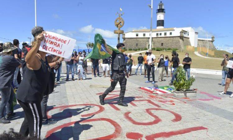 Comerciantes e policiais realizam protesto na Bahia contra morte de PM