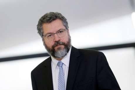Senadores vão pedir ao STF impeachment de Ernesto Araújo hoje