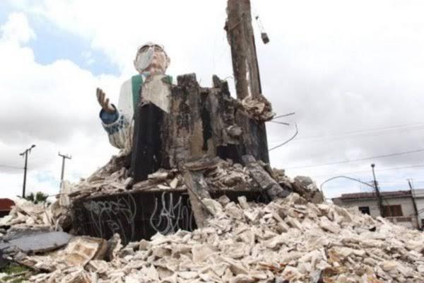 Estátua de Padre Cícero de 13 metros desaba sobre rua no CE; VEJA VÍDEO