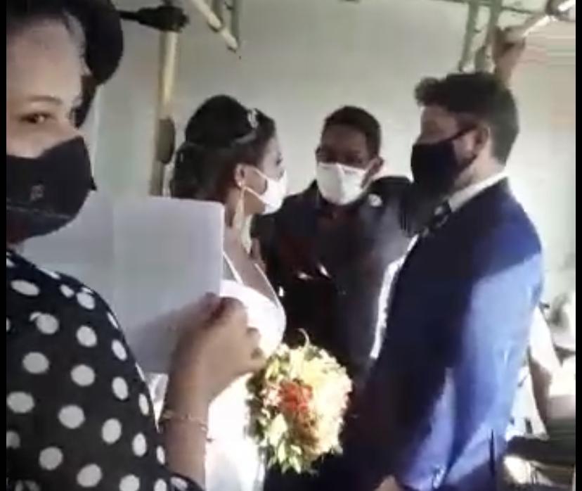 Casal faz casamento em ônibus como protesto por aglomerações nos transportes e fechamento de igrejas; VEJA VÍDEO