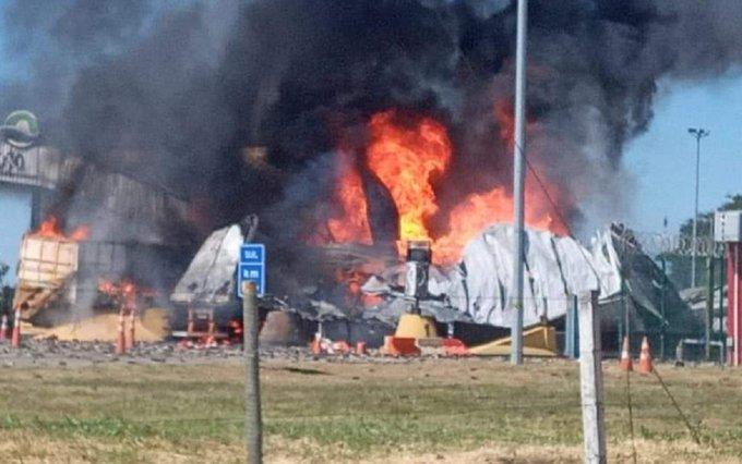 Caminhão causa grande explosão em praça de pedágio; VEJA VÍDEO