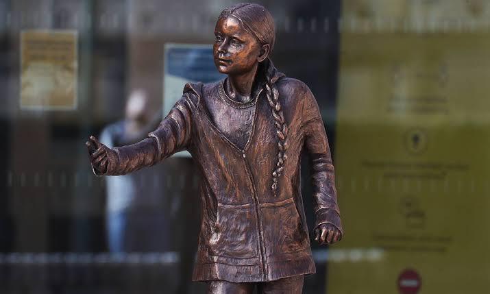 Estátua de Greta Thunberg que custou quase R$ 190 mil revolta alunos