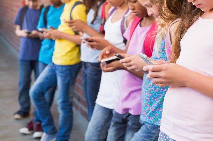 Uso excessivo de telas aumenta risco de compulsão alimentar em crianças