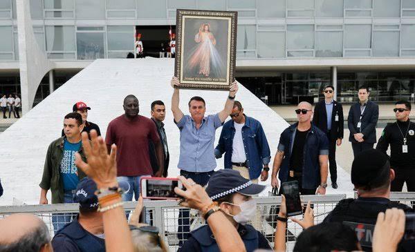 """Bolsonaro: """"A batalha é dura e dolorosa, mas juntos, ao lado de Deus, nós venceremos"""""""