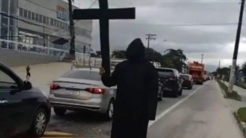 Professor se veste de 'Morte' e fica em entrada de cidade 'assustando' turistas; comerciantes reclamam de baixo movimento
