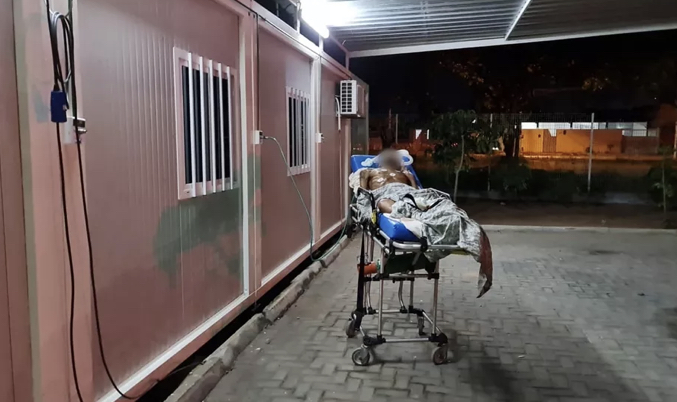 Homem com suspeita de Covid passa parte da noite em ponto de oxigênio na área externa de UPA em Natal