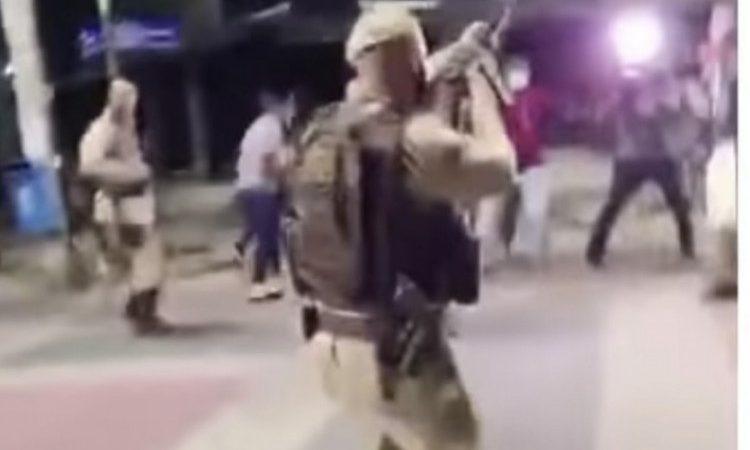 Nervos à flor da pele: Pressionado, policial dispara para cima para afastar jornalistas na Bahia; VEJA VÍDEO