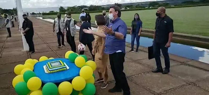 """Bolsonaro, em seu aniversário, alertou governadores: """"estão esticando a corda demais, faço qualquer coisa pelo meu povo como manda a constituição"""""""