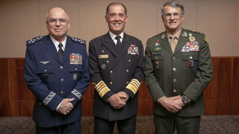"""Reunião tensa com comandantes militares precedeu as substituições: """"chegou a beira da insubordinação"""""""