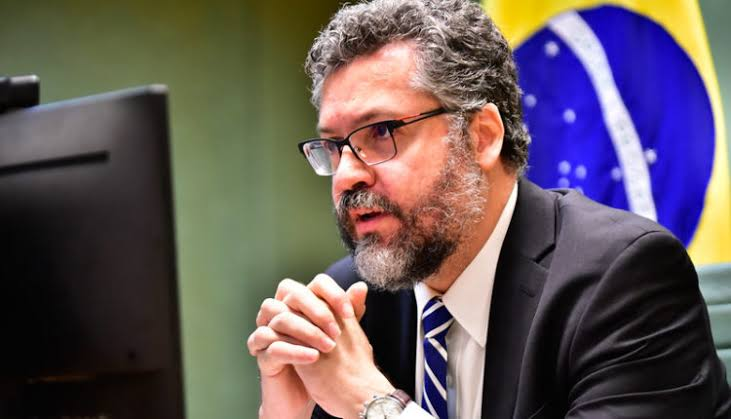 Ernesto Araújo anuncia que insumos para 32 milhões de doses da vacina de Oxford chegam até sexta-feira no Brasil