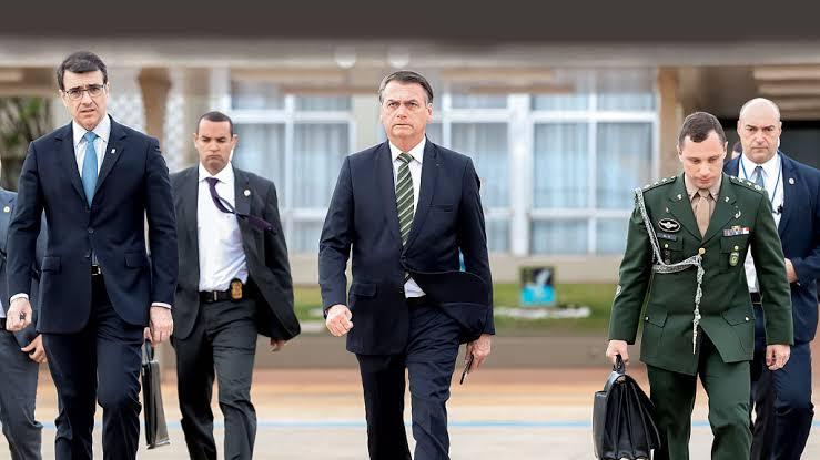 Bolsonaro vai ao STF para garantir vacinação de policiais como prioridade