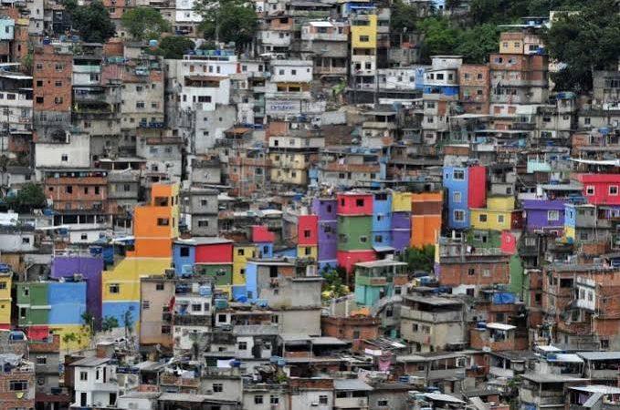 """""""Economia vê depois"""": 71% dos moradores de favelas perderam metade da renda e foram socorridos por auxílio emergencial"""