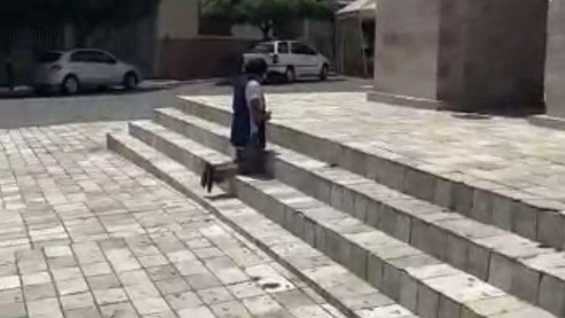 Desesperador: Vendedora de pastel ora e chora em frente a igreja de Currais Novos/RN para que a governadora Fátima acabe com o lockdown