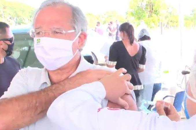 Paulo Guedes toma vacina contra covid em Brasília