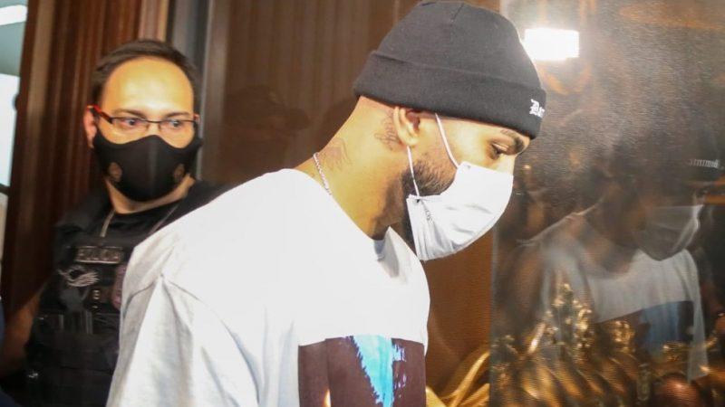 Gabigol, do Flamengo, é flagrado pela polícia em evento com aglomeração dentro de cassino clandestino