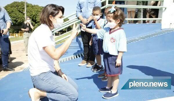 Michelle Bolsonaro entrega ovos de Páscoa a crianças carentes