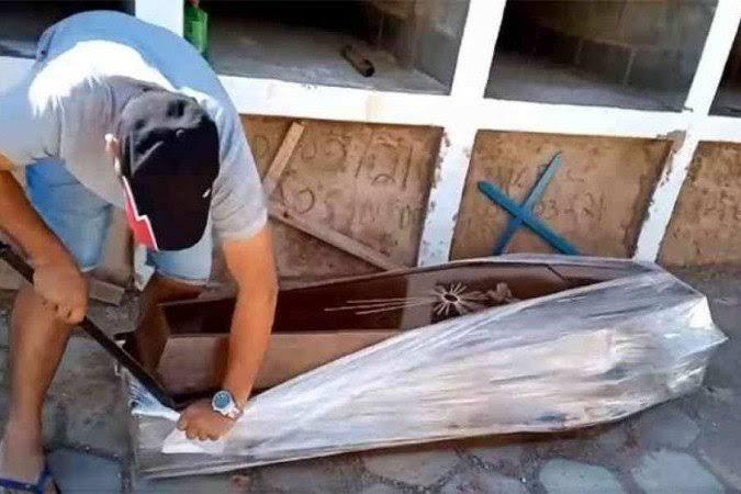 Vereador abre caixão com facão para provar que homem não morreu de Covid-19; VEJA VÍDEO