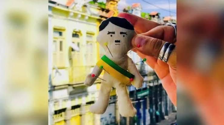 Desrespeito: Para 'malhar o Judas', bar de esquerdistas cria boneco vodu de Bolsonaro como Hitler