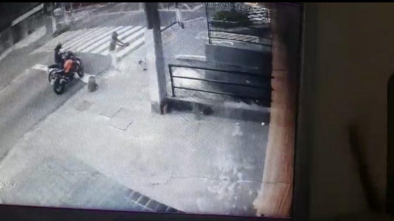 POLICIAL MILITAR É ASSALTADO E BANDIDOS ATIRAM MESMO SEM ELE REAGIR; VEJA VÍDEO