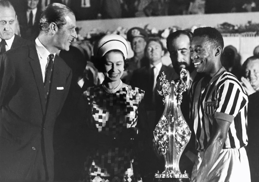 Passeio pelo Nordeste e entrega de taça para Pelé: Relembre a visita do Príncipe Philip ao Brasil