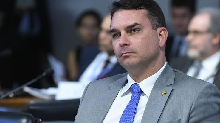 Flávio Bolsonaro solta o verbo e diz que o povo vai identificar quem usar mortes para fazer politicagem na CPI; VEJA VÍDEO