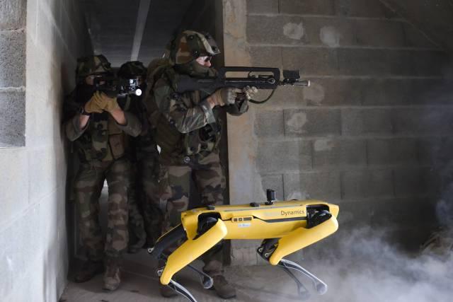 Exército francês testa cão robótico para combate