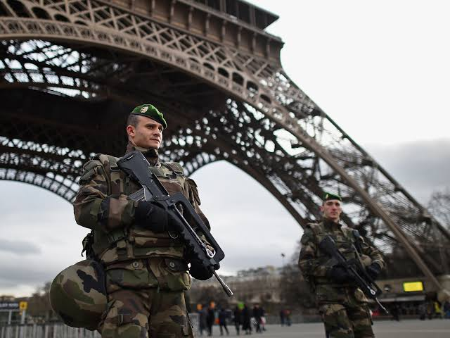 Militares ameaçam com intervenção na França para 'defender a nação' do governo Macron e ganham apoio