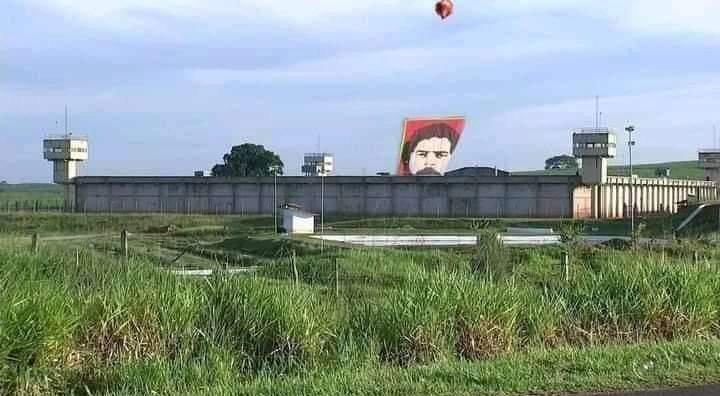 Coincidência: balão gigante com foto de Lula cai dentro de presídio