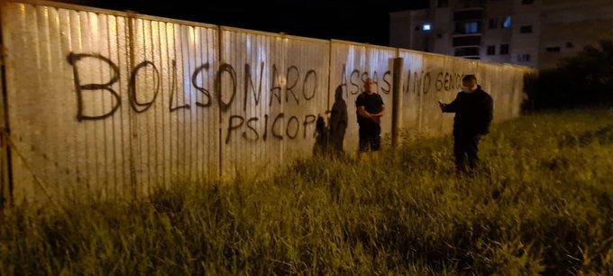 """Professor da USP é pego pichando """"Bolsonar genocida"""" em patrimônio privado e é obrigado a apagar; VEJA VÍDEO"""