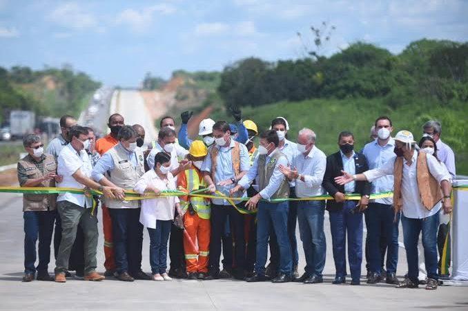"""Bolsonaro entrega mais 22 km de duplicação da BR-101 na Bahia e faz emocionante discurso: """"O povo diz que está comigo, mas é o contrário. Eu é que estou com o povo""""; VEJA VÍDEO"""