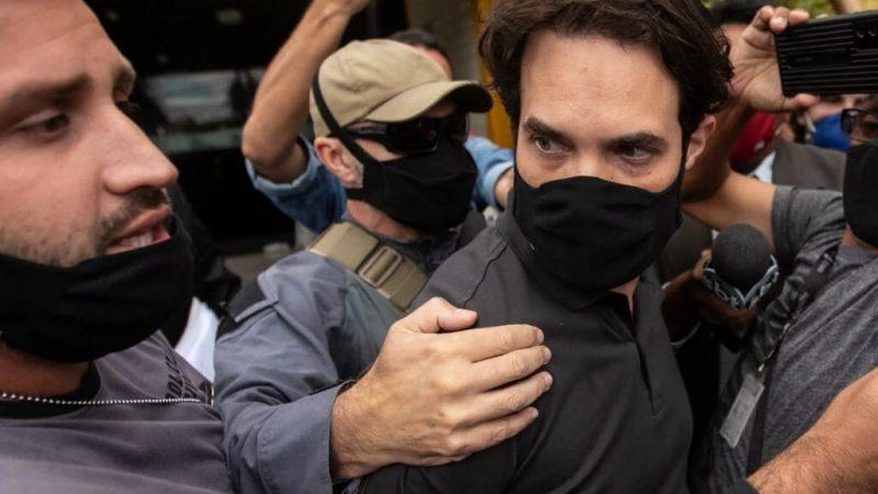 Sob gritos de 'assassino', Jairinho leva tapa ao deixar delegacia