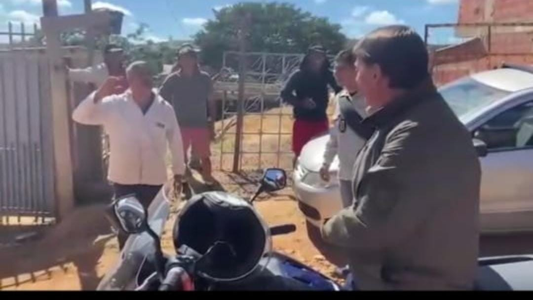 Bolsonaro vai a comunidade carente de moto, lancha na padaria e participa de culto evangélico, VEJA OS VÍDEOS