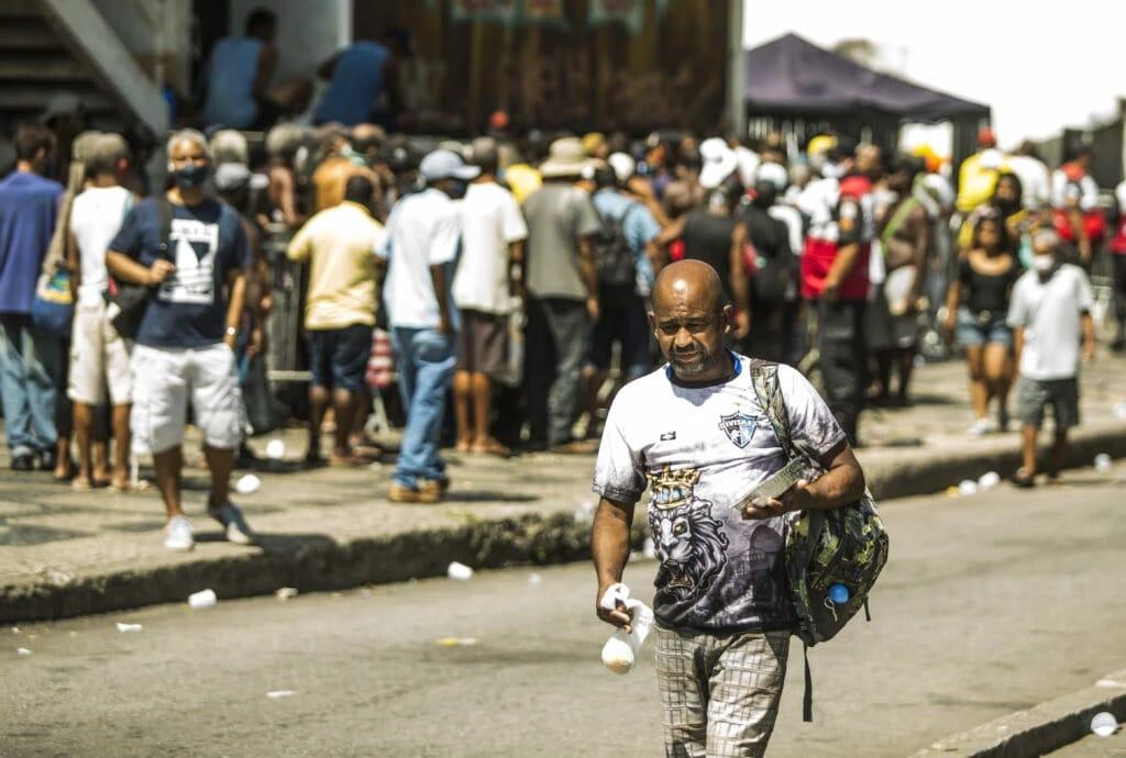 Desesperador: Pessoas vão ao centro do Rio para entrar na fila de moradores de rua por comida