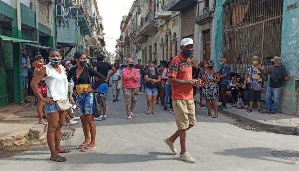 Caos: Filas por alimentos dificultam combate à pandemia em Cuba