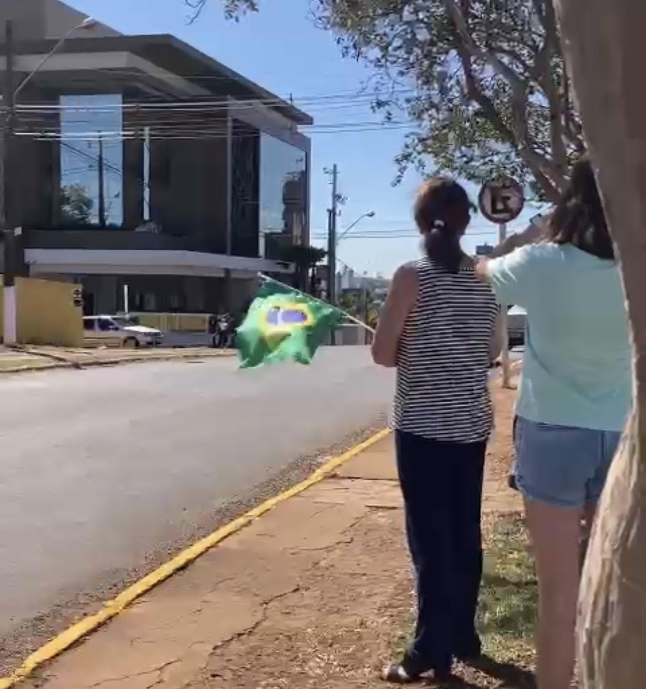 Bolsonaro surpreende Catarinense, que com sua família esperava pela passagem do presidente, Veja Vídeo