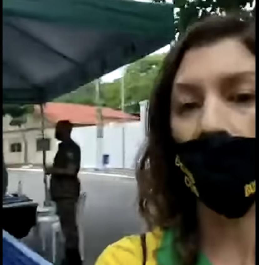 Humilhante: Mulher é impedida por soldados do Exército de entrar em restaurante no Forte de Copacabana por ter o nome de Bolsonaro em sua máscara e portar a bandeira do Brasil; VEJA VÍDEO