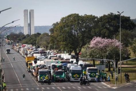 Manifestação em apoio a Bolsonaro é realizada por produtores rurais na Esplanada